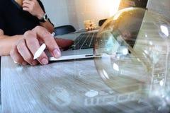 Электрическая лампочка при дизайнерская рука работая с портативным компьютером и c Стоковая Фотография RF
