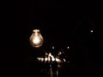 Электрическая лампочка смертной казни через повешение в темноте Стоковое Изображение RF