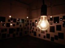 Электрическая лампочка смертной казни через повешение в темноте Стоковая Фотография RF