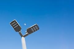 Электрическая лампочка солнечной энергии СИД столба Eectricity или раскаленное добела Стоковые Изображения RF
