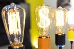 Электрическая лампочка с символом фунта стерлинга Стоковое Изображение