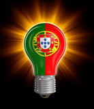 Электрическая лампочка с флагом португалки (включенный путь клиппирования) Стоковая Фотография RF