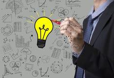 Электрическая лампочка чертежа руки дела с диаграммой Концепция новой идеи Стоковые Фото