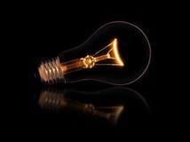 Электрическая лампочка Lit на черной предпосылке Стоковая Фотография