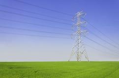 Электрическая башня на зеленом поле Стоковые Фотографии RF