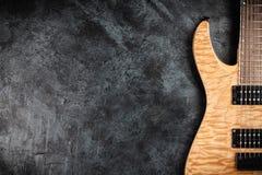 Электрическая гитара на серой предпосылке Стоковое Фото
