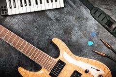 Электрическая гитара на серой предпосылке Стоковое фото RF
