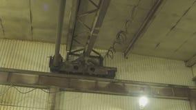 Электрическая лебедка двигает медленно под крышу завода акции видеоматериалы