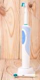 Электрическая зубная щетка на светлой деревянной предпосылке Стоковые Фото