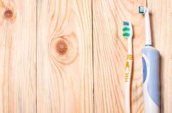 Электрическая зубная щетка на светлой деревянной предпосылке Стоковое Изображение RF