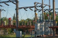 Электрическая инфраструктура подстанции с концом вверх на электрических автоматах защити цепи стоковая фотография rf