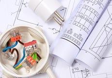 Электрическая коробка, электрическая штепсельная вилка и диаграммы на чертеже конструкции стоковая фотография