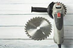 Электрическая круглая пила на деревянной предпосылке Скопируйте космос для текста Стоковая Фотография