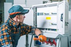 Электрическая работа работника Стоковая Фотография RF