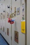 Электрическая система изоляции запертая замком, знаком внимания и ключом пусковой площадки Стоковая Фотография
