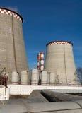 Электрическая станция тепловой мощности на предпосылке голубого неба Стоковая Фотография