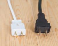 Электрическая штепсельная вилка на деревянном Стоковые Изображения RF