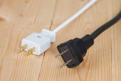 Электрическая штепсельная вилка на деревянном Стоковое Изображение RF