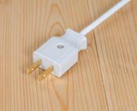 Электрическая штепсельная вилка на деревянном Стоковое Изображение