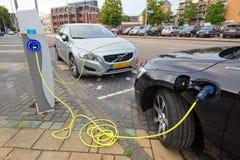 Электрические автомобили на зарядной станции стоковое изображение