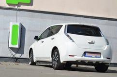 Электрические автомобили на станции обязанности стоковое изображение rf