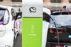 Электрические автомобили перезаряжая батареи в Берлине, Германии Стоковая Фотография RF