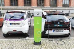 Электрические автомобили перезаряжая батареи в Берлине, Германии Стоковое фото RF