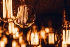Электрические лампочки вися от потолка Стоковые Изображения RF