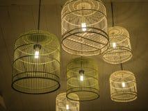 Электрические лампочки в смертной казни через повешение клетки птицы от потолка Стоковое Изображение