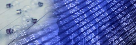 Электрические лампочки на деревянном поле с голубой диаграммой финансов переводят Стоковые Изображения RF