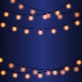 Электрические лампочки на строках Темная предпосылка с гирляндами Иллюстрация штока
