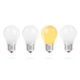 Электрические лампочки с одной яркой электрической лампочкой на белой предпосылке иллюстрация штока