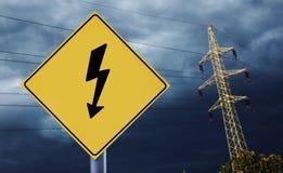 Электрические башни с ярлыком электричества стоковое изображение
