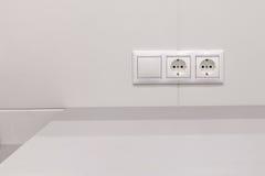 Электрические выходы и переключатель на стене Стоковое Изображение