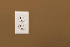 Электрические гнезда в красочной стене Брайна Стоковые Фотографии RF