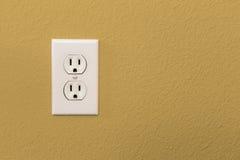 Электрические гнезда в красочной стене желтого цвета мустарда Стоковое Изображение