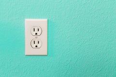 Электрические гнезда в красочной яркой стене Teal Стоковая Фотография RF