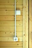 Электрические гнезда, переключатели и проводка на деревянной стене в новом загородном доме Стоковое Изображение RF