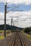 Электрические железнодорожные пути в сельской местности Стоковое Изображение RF