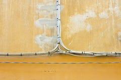 Электрические кабели электропитания против стены гипсолита Стоковое Фото