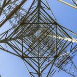 Электрические опоры транспортируя электричество до высокая напряженность ca стоковое изображение