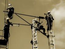 Электрические работники на надземной линии Стоковые Фотографии RF
