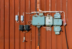 Электрические распределительные коробки, ретро стиль на красной стене Стоковые Изображения RF