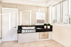Электрический автоматический варя газ в кухне роскошного дома стоковое изображение rf