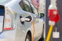 Электрический автомобиль в зарядной станции Стоковое Фото