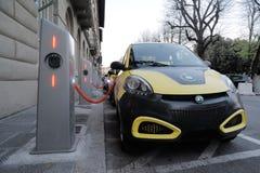 Электрический автомобиль в свободно перезаряжать станцию стоковое фото rf