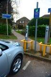 Электрический автомобиль затыкает внутри станцию обязанности Стоковая Фотография