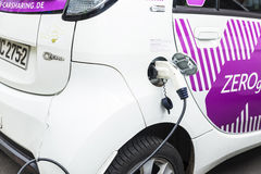 Электрический автомобиль перезаряжая батареи в Берлине, Германии Стоковые Изображения RF