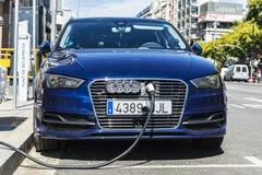 Электрический автомобиль перезаряжая батарею, Барселону Стоковое фото RF