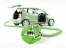 Электрический автомобиль с кабелем и штепсельной вилкой
